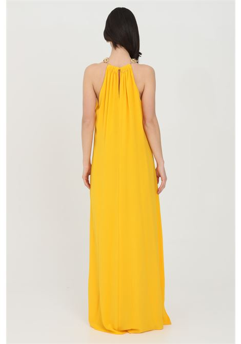 Abito donna giallo-arancio simona corsellini lungo con catena oro light al collo. Abito a palazzo con fondo svasato SIMONA CORSELLINI | Abiti | P21CPAB029-01-TCDC00070501