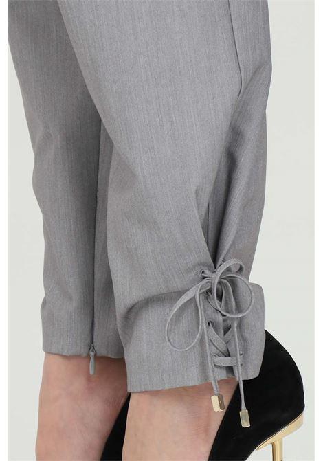 Pantalone donna grigio simona corsellini elegante a vita alta con cintura senza passanti. Tasche laterali e arriccio sul fondo SIMONA CORSELLINI | Pantaloni | P21CPPA006-02-TTEL00020505