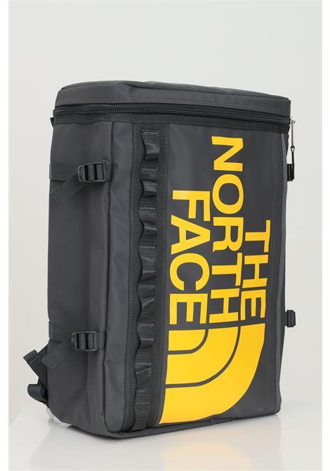 Zaino base camp fuse box unisex grigio in tinta unita con logo frontale giallo, tasca esterna con zip e organizer interna, vano imbottito per portatile THE NORTH FACE | Zaini | NF0A3KVRS951S951