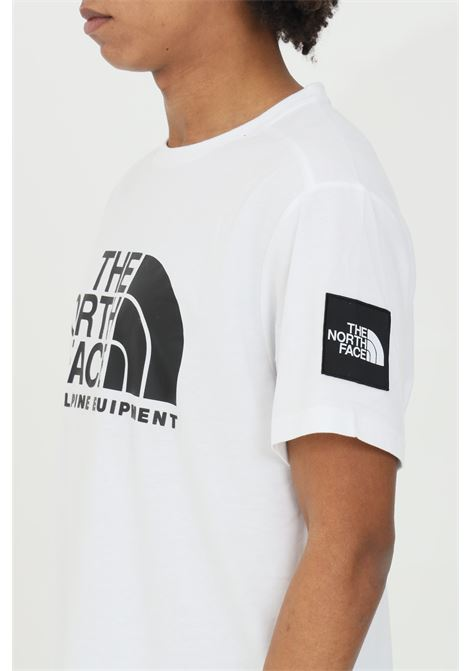 T-shirt uomo bianco the north face a manica corta con stampa frontale. Modello comodo THE NORTH FACE | T-shirt | NF0A4M6NFN41FN41