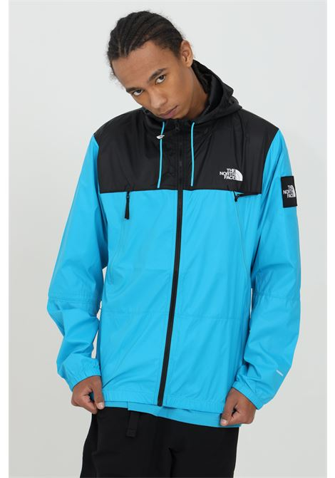 Giubbotto uomo celeste-nero the north face giacca a vento chiusura con zip. Patch laterale logata. Cappuccio THE NORTH FACE | Giubbotti | NF0A55BRD7R1D7R1