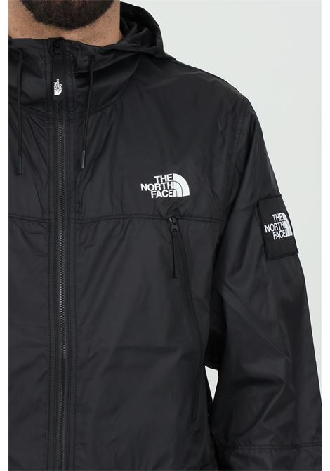Giubbotto uomo nero the north face giacca a vento chiusura con zip. Patch laterale logata. Cappuccio THE NORTH FACE | Giubbotti | NF0A55BRJK31JK31