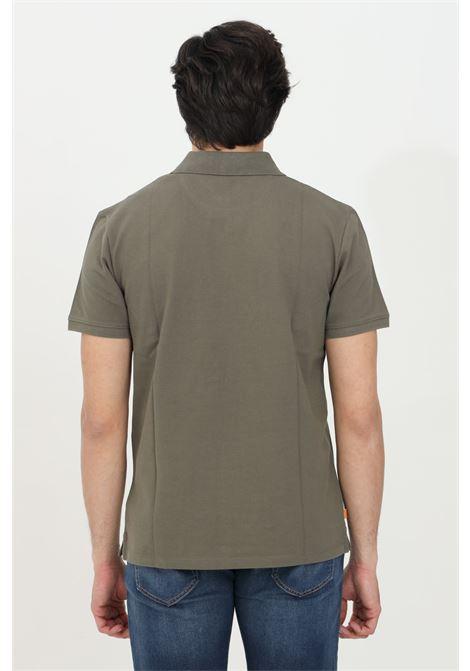 Polo millers river collar uomo verde militare timberland in jaquard pique, modello basic in tinta unita con logo ricamato a contrasto. Colletto regular con bottoni. Modello slim TIMBERLAND | Polo | TB0A2BNXA581A581