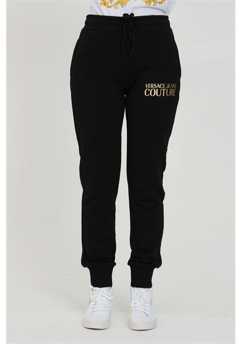 Pantalone donna nero Versace Jeans Couture casual con stampa oro sul fronte. Molla in vita con lacci e polsini elastici VERSACE JEANS COUTURE   Pantaloni   A1HWA1TA30318K42