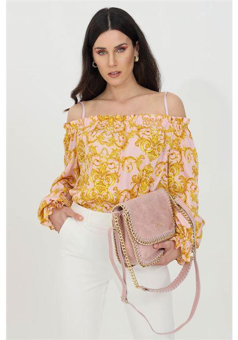Blusa donna rosa confetto con stampa barocca Versace Jeans Couture. Molla sul fondo e allo scollo VERSACE JEANS COUTURE | Bluse | B0HWA623S0990402
