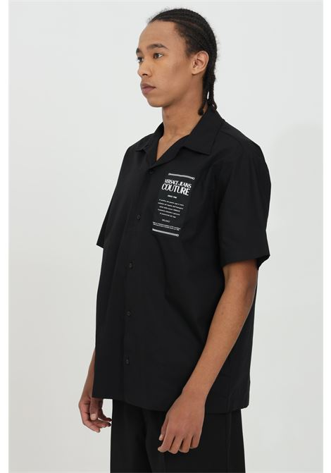 Black shirt in solid color with short sleeves and front application. Pointed collar, tone-on-tone seams, front closure with buttons. Brand: Versace Jeans Couture VERSACE JEANS COUTURE | Shirt | B1GWA6B330422899