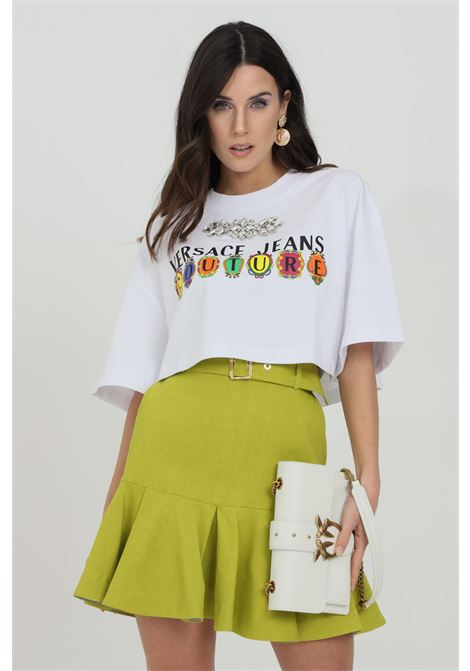 White t-shirt with front logo and jewel at neck, short sleeves. Short cut. Brand: Versace Jeans Couture VERSACE JEANS COUTURE   T-shirt   B2HWA7PB30439003