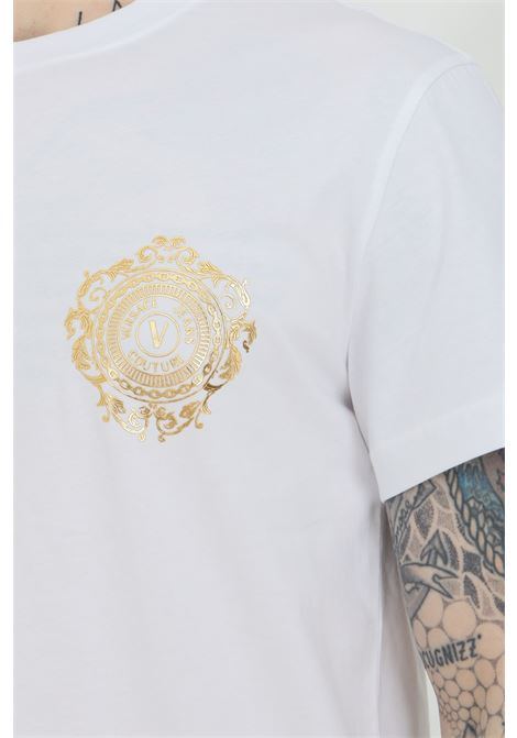 T-shirt uomo bianca Versace jeans couture manica corta con logo oro sul fronte VERSACE JEANS COUTURE | T-shirt | B3GWA71F30454K41