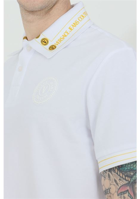 Polo uomo bianca versace jeans couture con logo frontale in gomma e stampa sul colletto VERSACE JEANS COUTURE | Polo | B3GWA7T636571K41