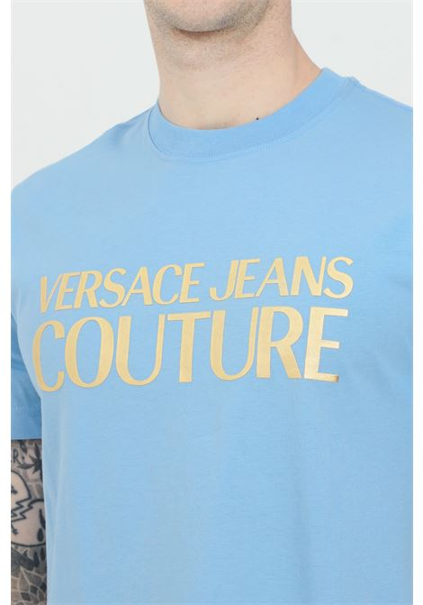 T-shirt uomo azzurra versace jeans couture manica corta con stampa logo oro VERSACE JEANS COUTURE | T-shirt | B3GWA7TB30319216