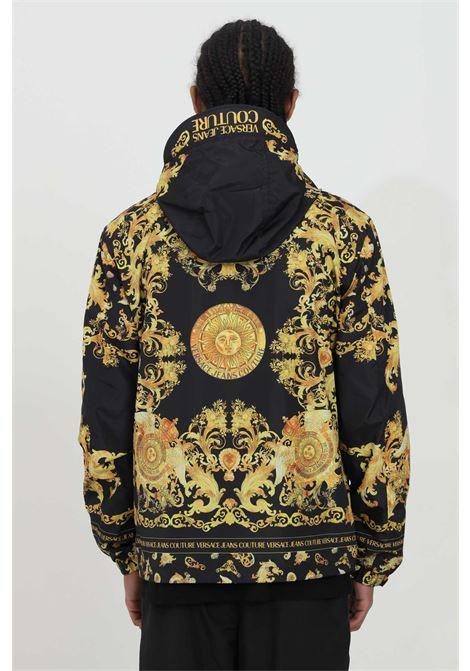 Giubbotto uomo nero versace jeans couture modello bomber con zip e cappuccio e stampa barocca, polsini e fondo elastico VERSACE JEANS COUTURE | Giubbotti | C1GWA9A825188899