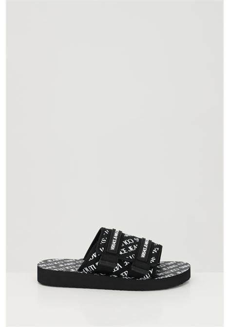 Ciabatte L.FONDO STRAPS SANDAL DIS.40 uomo nere versace jeans couture con logo lettering allover e chiusura con velcro VERSACE JEANS COUTURE | Ciabatte | E0YWASY271938899