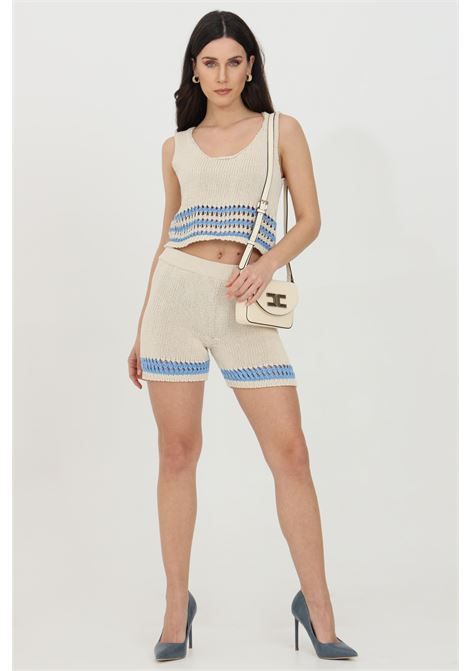 Shorts donna beige-azzurro Vicolo casual in maglia con taglio a vivo. Lavorazione intrecciata e forellata sul fondo VICOLO | Shorts | 5028HBEIGE-AZZURRO