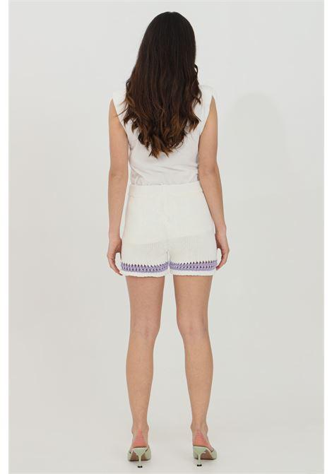 Shorts donna bianco-lilla Vicolo casual in maglia con taglio a vivo. Lavorazione intrecciata e forellata sul fondo VICOLO | Shorts | 5028HBIANCO-LILLA