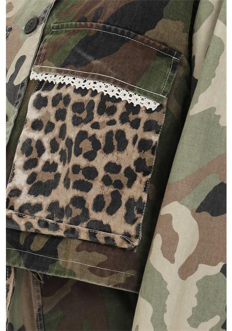 Giubbotto donna in camouflage denim vicolo, taglio corto, manica lunga. Modello comodo senza fodera VICOLO | Giubbotti | DH0013MILITARE