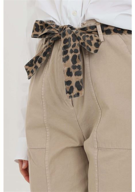Beige pants with animal belt at the waist. Comfortable model with curl at the bottom. Vicolo VICOLO | Pants | DH0051BEIGE