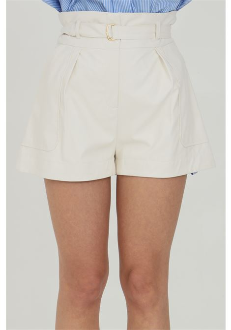 Ivory shorts in faux leather with waist belt and gold buckle. Waist with loops and side pockets. Vicolo VICOLO | Shorts | TH0010AVORIO