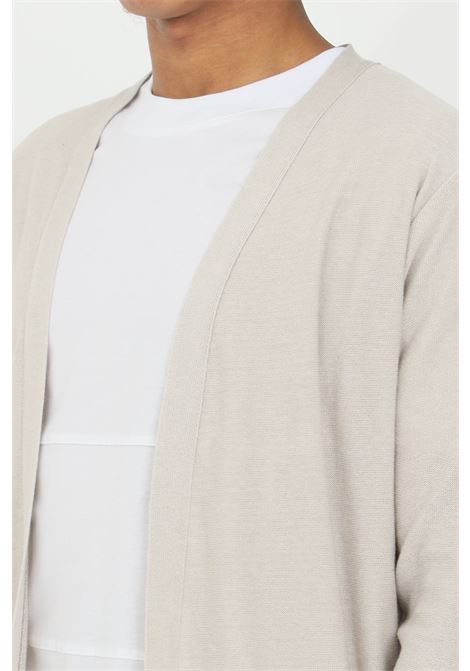 Cardigan uomo beige yes london a manica lunga in cotone premium. Modello aperto senza chiusure YES LONDON | Cardigan | XMF2095..