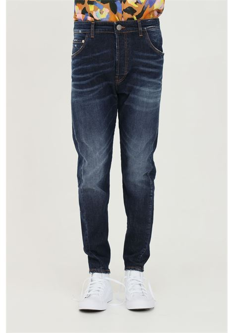 Jeans uomo blue yes london in denim stretch stone wash. 5 tasche. Laccio in cuoio. Spilla da balia removibile. Chiusura con bottoni. Etichetta in cuoio sulla tasca posteriore YES LONDON | Jeans | Xj2944.