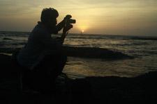 426-photographer-shooting-sunset-sea - Public Domain Pictures
