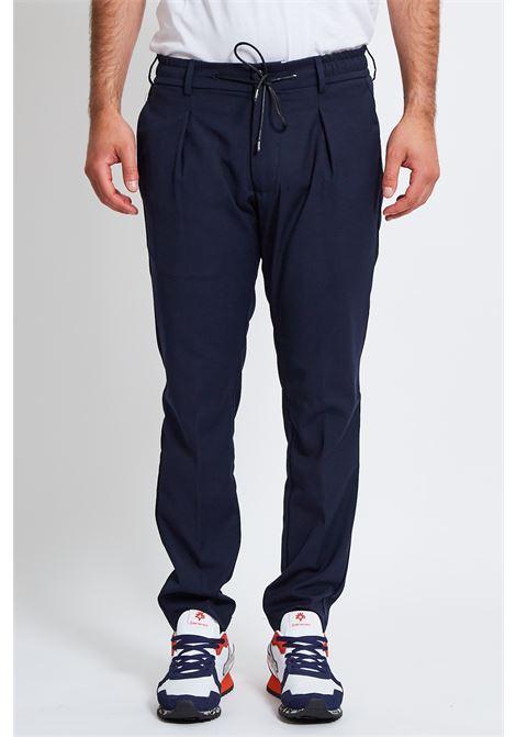 Pantalone Romeo Arditi in tessuto misto cotone con elastico e laccio in vita, vestibilità slim fit ROMEO ARDITI | Pantalone | RAORL7020NAVY