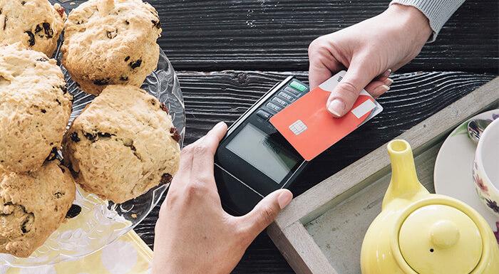 ¿Qué costo tiene para una pyme recibir pagos con tarjetas débito o crédito?