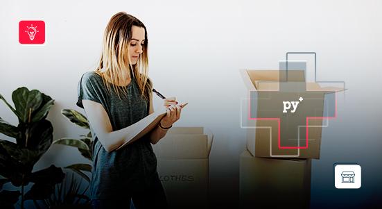 Mujer organizando pedidos de tienda virtual