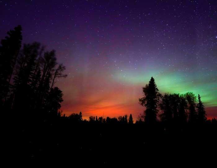 Extraña columna de luz  irrumpe en el cielo de Canadá