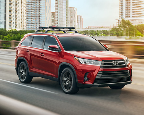 Red Toyota Highlander se for sales or lease at Toyota of Grand Rapids in Grand Rapids.