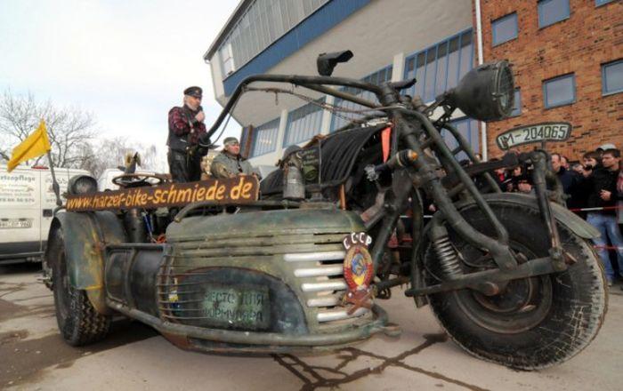 Incrível moto alemã possui motor de tanque de guerra ( Foto + Video )