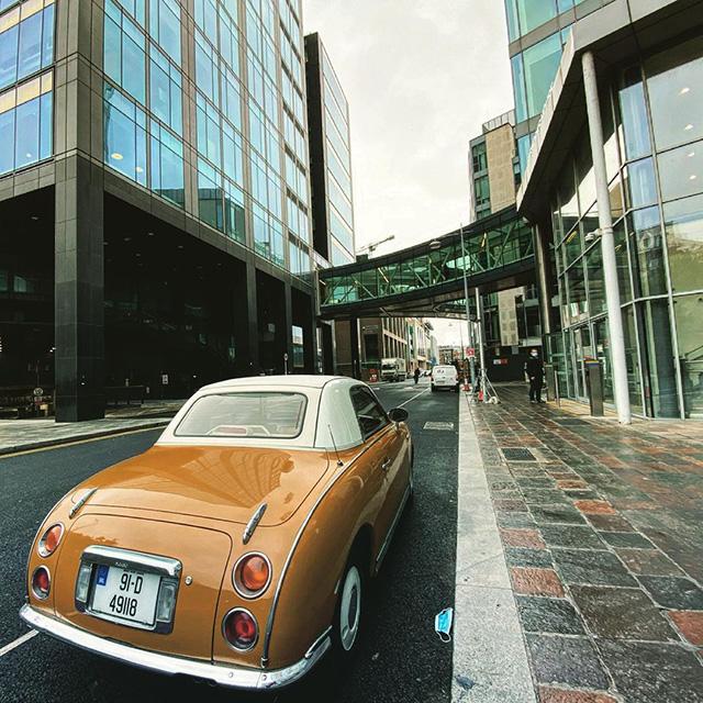 Nissan Figaro marrón fuera de Google Dublin