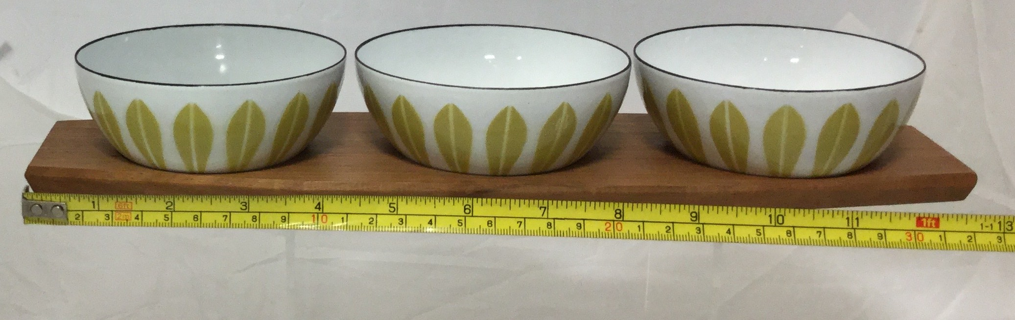 Three-Small-Enamel-Bowls-and-Tray_58255G.jpg
