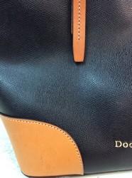Dooney--Bourke-Large-Black--Tan-Tote-Purse_2694433E.jpg