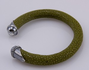 BRACELET-Olive-green-stingray-cuff-with-silver-tips-and-blue-diamond-accents_240995B.jpg