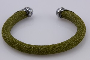 BRACELET-Olive-green-stingray-cuff-with-silver-tips-and-blue-diamond-accents_240995C.jpg