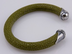 BRACELET-Olive-green-stingray-cuff-with-silver-tips-and-blue-diamond-accents_240995F.jpg