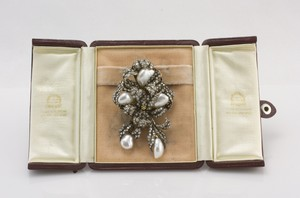 BUCCELLATI 18k gold brooch diamond studded w/ cultured pearls