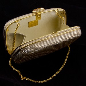 JUDITH-LEIBER-Gold-rhinestone-crystal-clasp-hard-clutch-with-chain-and-mirror_209063H.jpg