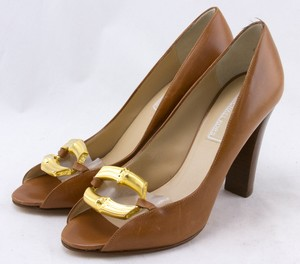 MICHAEL KORS Tan leather gold chain toe accent open toe pumps size 6.5