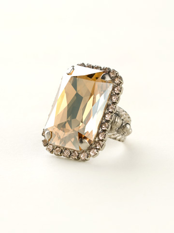 Luxurious Emerald-Cut Cocktail Ring in Antique Silver-tone Satin Blush