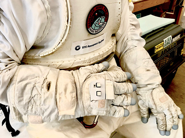 https://s3.amazonaws.com/images.spaceref.com/news/2019/Astronaut-Smart-Glove.jpg