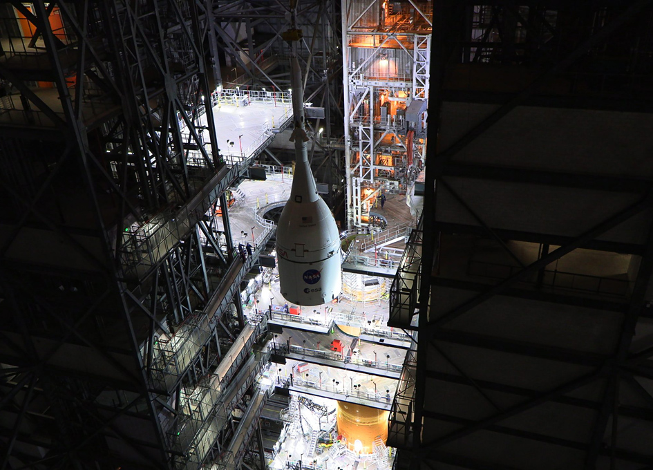 Final Stacking Of The Artemis 1 SLS
