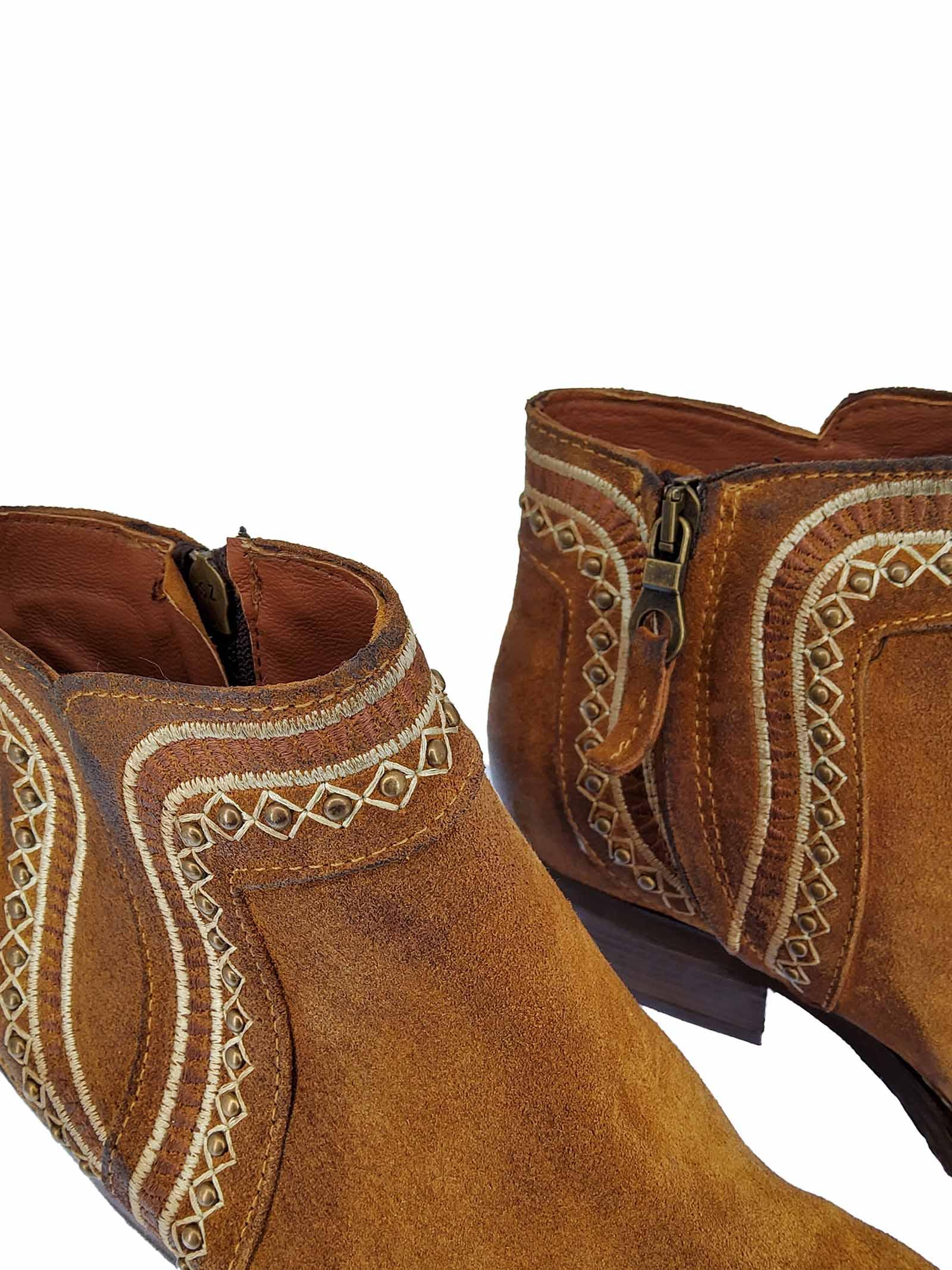 Calzature Donna Stivaletti Texani in Camoscio Cuoio con Borchie e Cuciture zip Laterale e Punta Quadra Zoe | Stivaletti | NEZ05014
