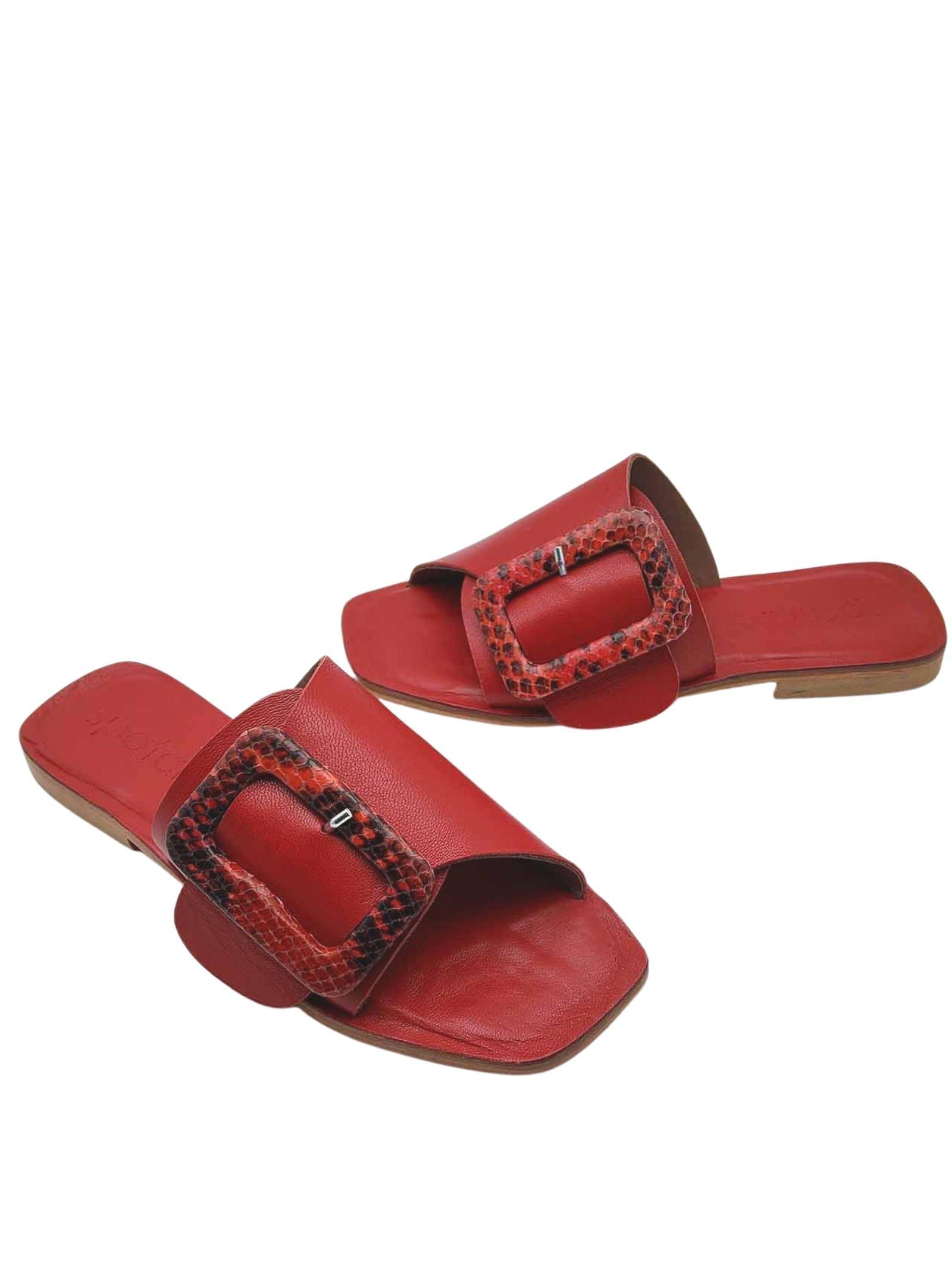 Calzature Donna Sandali Bassi in Pelle Rossa ad Incrocio con Fibbia Rivestita in Pitone Tono Su Tono Spatarella   Sandali Flat   DI15017
