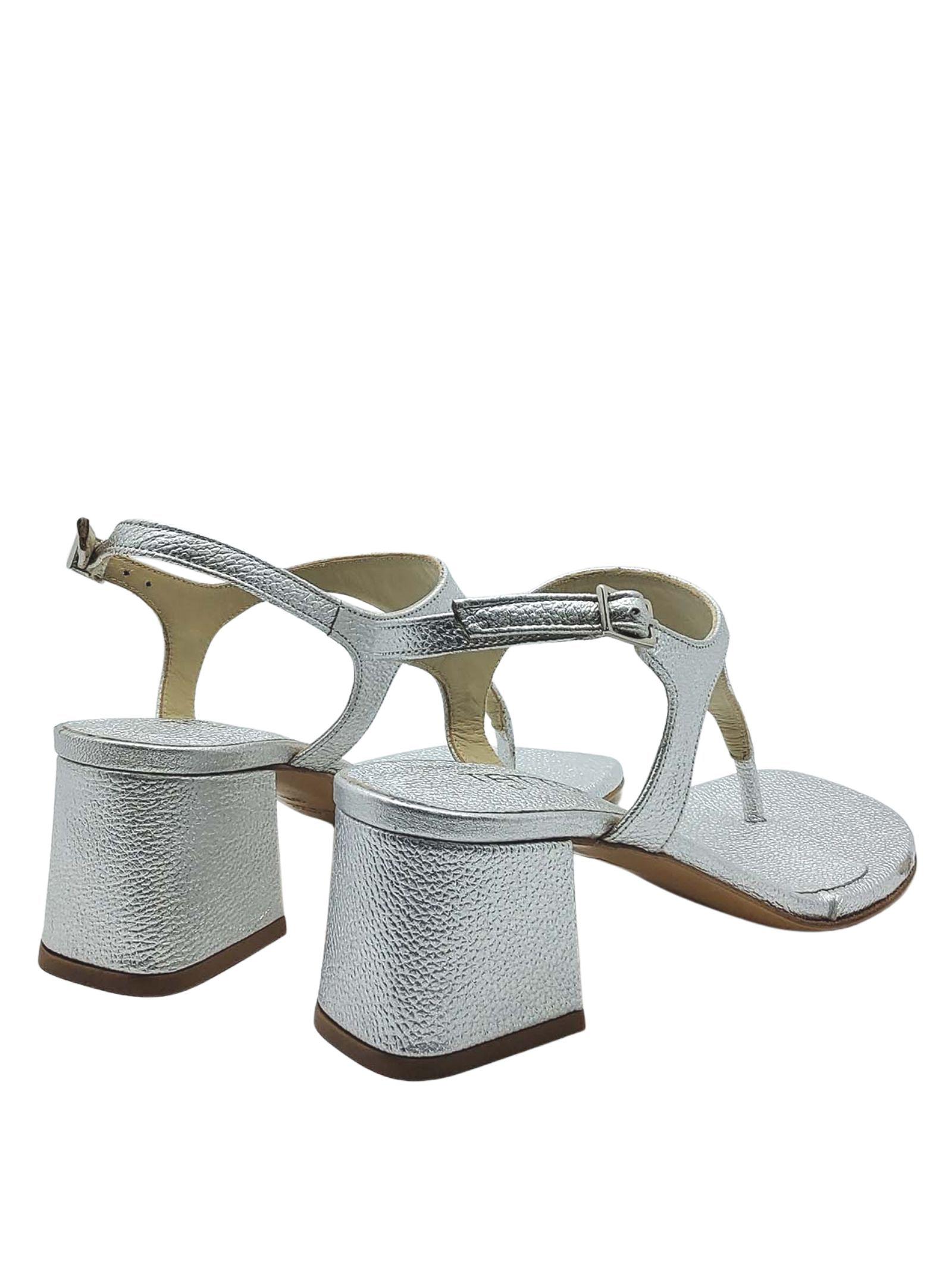 Calzature Donna Sandali Infradito In Pelle Laminata Argento Con Cinturino E Tacco Quadrato Tattoo   Sandali   107604