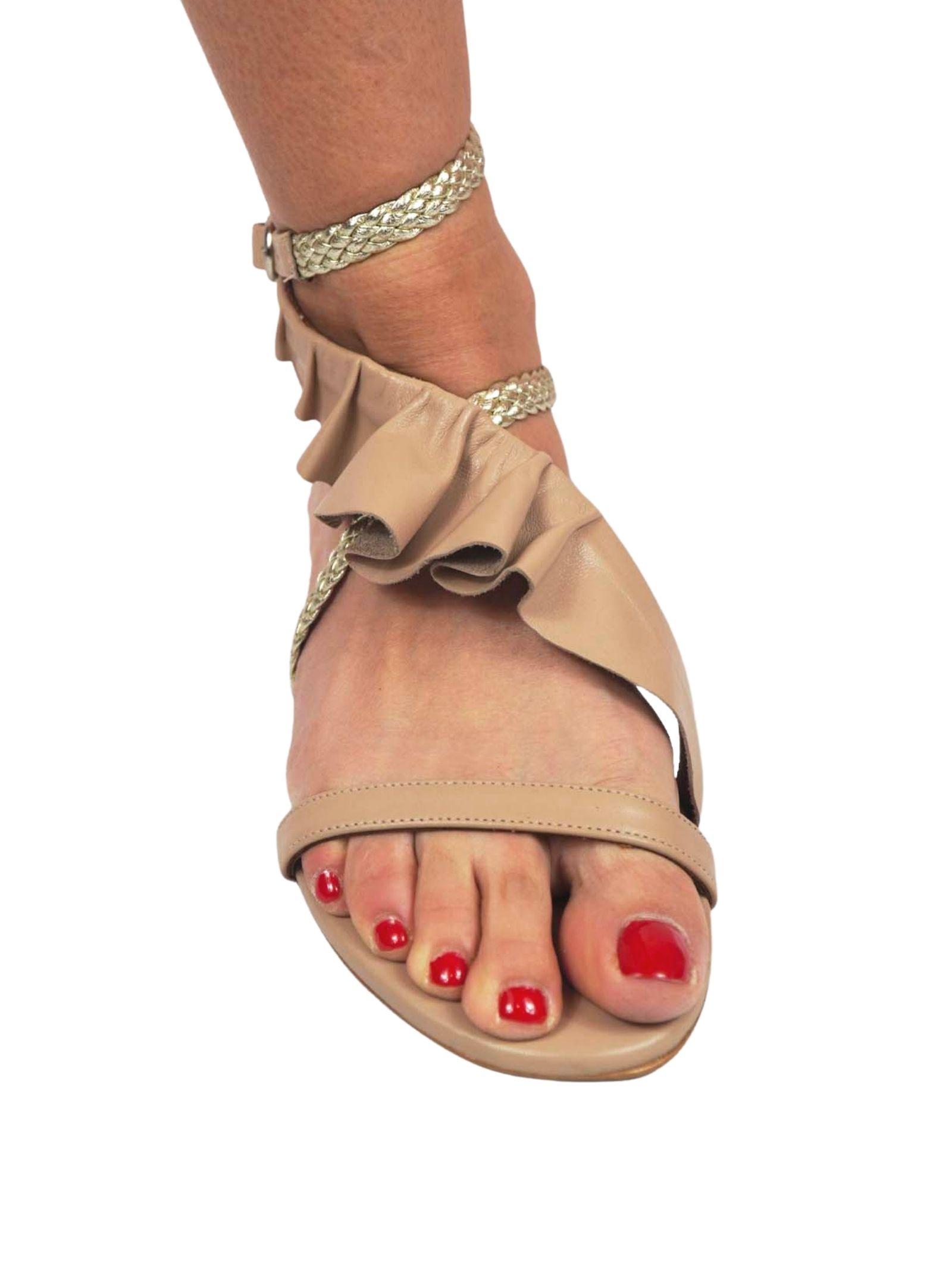 Calzature Donna Sandali Bassi in Pelle Nude con Cinturini di Pelle Intrecciata Argento e Plissé in Pelle Toral | Sandali Flat | TL12639300