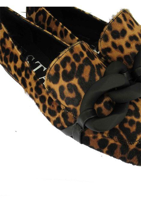 Calzature Donna Mocassini in Pelle Animalier Leopardo con Catena in Nero Tacco Basso e Suola in Gomma Festa | Mocassini | LIEBE500