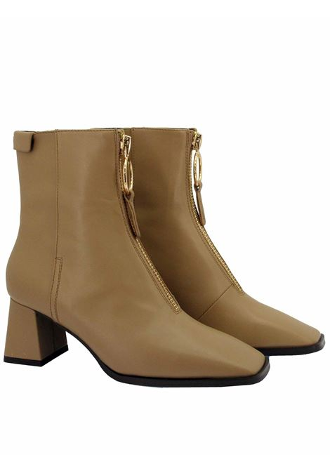 Women's Shoes Ankle Boots in Camel Leather with Gold Zip Square Toe and Matching Wide Heel Lola Cruz | Ankle Boots | 093T10BK025