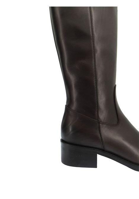 Calzature Donna Stivali in Pelle Testa di Moro Lucida con Borchie Canna di Fucile e Tacco Basso Spatarella | Stivali | ST02013