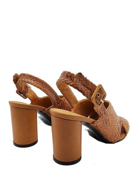 Calzature Donna Sandali in Pelle Intrecciata Cuoio con Cinturino Posteriore e Tacco Circolare Greige   Sandali   2934CUOIO